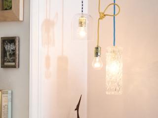 Lampa ze starych butelek i wazonów – proste rozwiązanie w nowoczesnym wnętrzu.