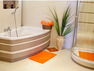 Praktyczne maty łazienkowe do dekoracji łazienki.