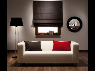 Dekoria.pl proponuje rolety i zasłony jako dekoracje na okno w salonie.