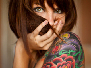 Kobiety zdobią ciało tatuażami.