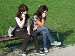 Kultura rozmawiania przez telefon komórkowy w miejscach publicznych?