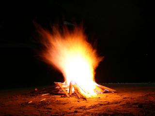 Wieczór ze znajomymi przy grillu lub ognisku.