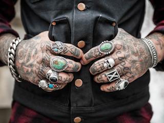 Kolczyki i tatuaże na ciele gwiazd.