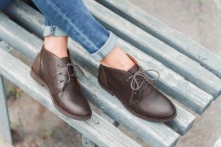 Brązowe buty Armani.