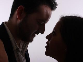 Całowanie grozi chorobami.