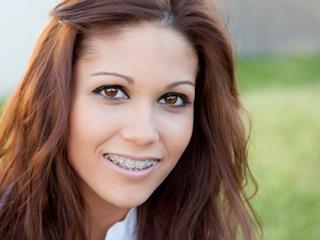 Dowiedz się jakie mogą byc problemy związane z noszeniem aparatu ortodontycznego.