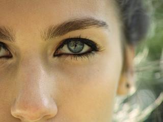 Demakijaż oczu - jak go prawidłowo wykonać.