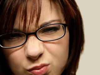 Makijaż dla kobiety w okularach.