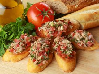 Bruschetta z pomidorami, tuńczykiem i bazylią