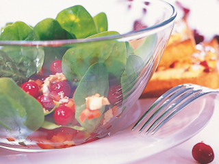 Przepis na sałatkę cranberries z żurawiną amerykańską i szpinakiem.