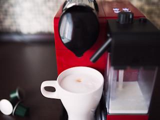 Pyszna kawa z ekspresu na kapsułki.