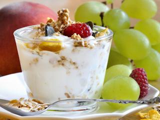 Przepis na płatki owsiane z jogurtem naturalnym orzechami i malinami.