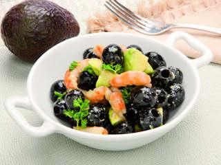 Przepis na hiszpańskie czarne oliwki z krewetkami i awokado.