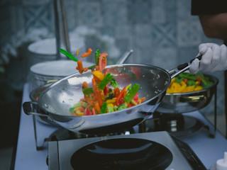 Jak gotować na patelni wok?