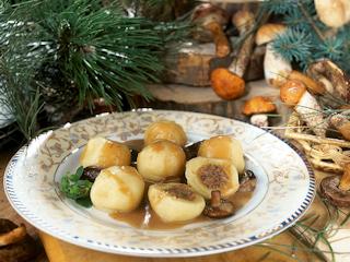 Przepis na kluski śląskie z mięsem i sosem podgrzybkowym.