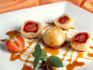 Przepis na knedle z truskawkami z sosem anyżowo-karmelowym.