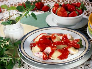 Przepis na pierogi z serem i truskawkami z puree owocowym.