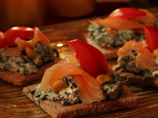Przepis na kanapki na pieczywie chrupkim Granex z pastą serowo szpinakową i wędzonym łososiem.