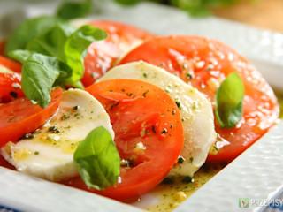 Przepis na mozarellę z pomidorami.