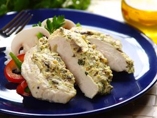 Przepis na soczyste filety z kurczaka z dodatkiem pieczarek.