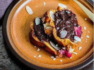 Pudding z chałki z migdałami, truskawkami i czekoladą