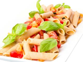 Przepis na pełnoziarniste pióra z sosem pomidorowym.