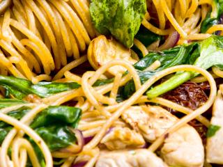 Przepis na spaghetti z pieczarkami, kurczakiem i suszonymi pomidorami.