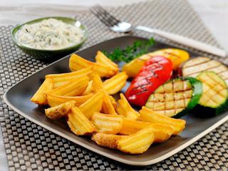 Przepis na ziemniaczki z grillowanymi warzywami podane z twarożkiem czosnkowym.