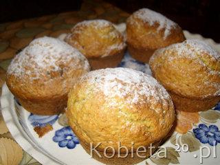 Przepis na muffinki pomarańczowe z kawałkami czekolady.