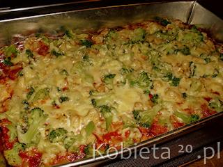 Przepis na pizze z kurczakiem i brokułami.