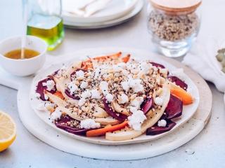 Przepis na proteinową sałatkę z pieczonymi warzywami i komosą ryżową.