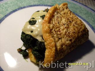 Przepis na puszysty omlet ze szpinakiem, serem i orzechami.