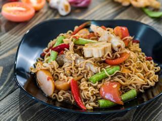 Studencki tani obiad? Postaw na sałatkę z zupek chińskich!