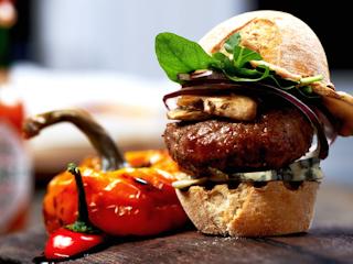 Przepis na mini burger z serem pleśniowym i grzybami.