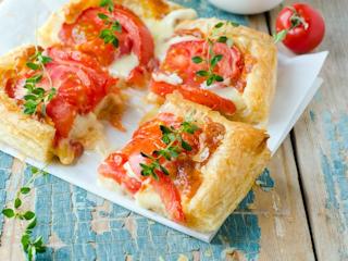 Przepis na ciasto francuskie z pomidorami.