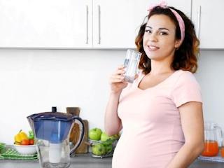 Dlaczego warto sięgać po wodę w ciąży?