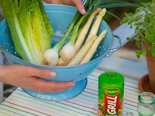 Przepis na zieloną sałatkę z grillowanych warzyw.