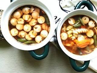 Zupa-gulasz z parówkami i sosem sojowym